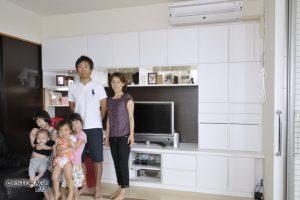 家族みんなで使える、オーダーメイドのデスク付き壁面収納