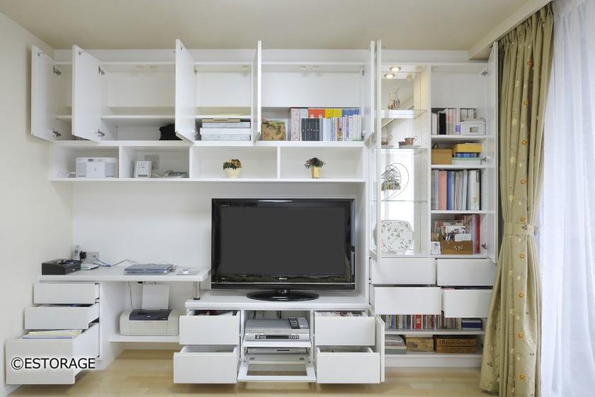 オーダーメイドのデスク付き壁面収納は、収納量と機能性を実現。