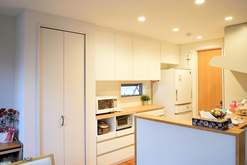 広々としたカウンターを確保したキッチン収納