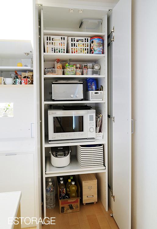 調理家電から、備蓄用の食材などキッチン周りの物をすっきり収納。