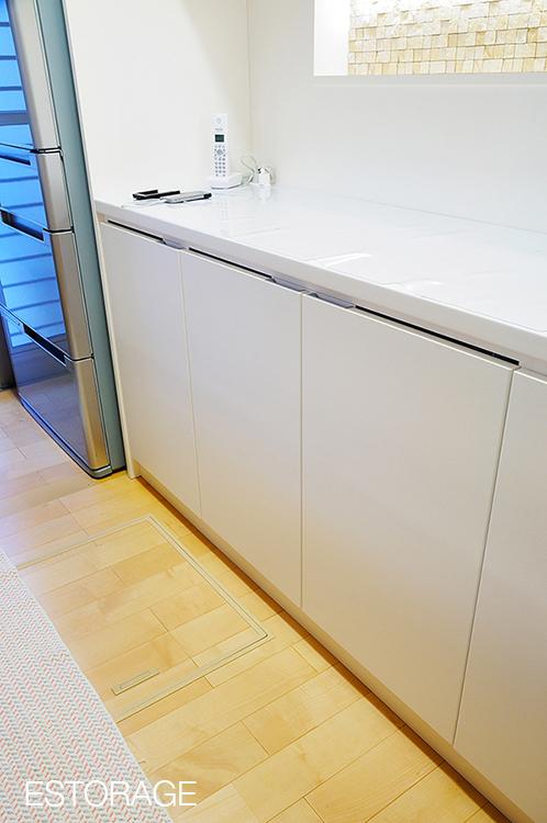 オーダーメイドの食器棚は、引き出しを隠すための扉を採用。
