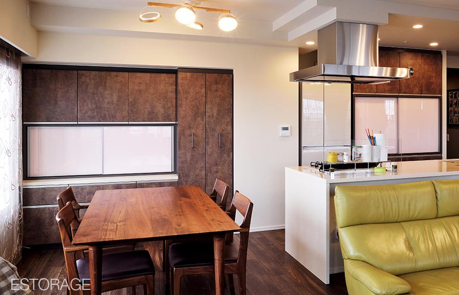 お部屋に合わせて、キッチンとダイニングが同じ素材で統一された壁面収納。