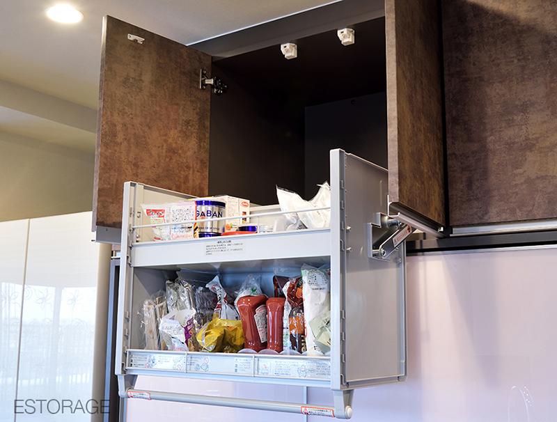 お部屋に合わせて、キッチンとダイニングが同じ素材で統一された壁面収納