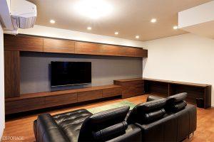 L型の大きなオーダーメイドの壁面収納で、開放感のあるリビングを実現。