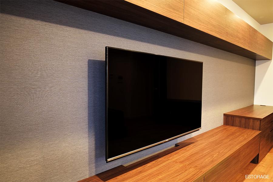壁掛けテレビの背面は、明るいグレーにすることで、部屋を広く感じさせます。