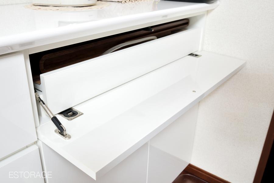 中国茶用の茶器セット収納スペースにはスライド棚を採用