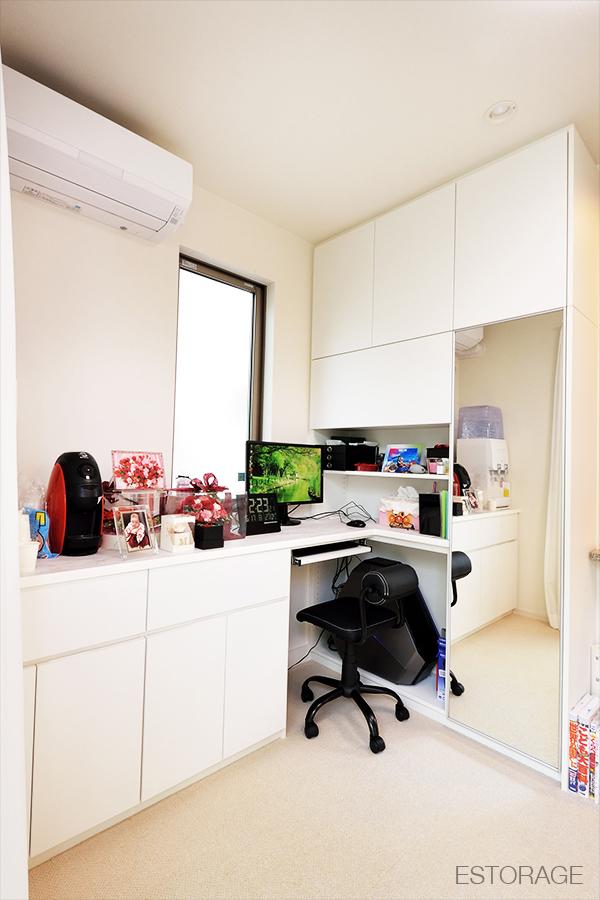 オーダーメイドのデスク付き壁面収納で、ワーキングスペースと理想的な収納を実現。