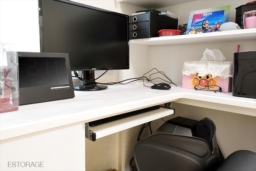 お部屋のコーナーを活かして、自宅にワーキングスペースを実現。