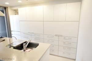 フラットなデザインのキッチン収納。白い扉の内側に、すべてスッキリ収まりました!