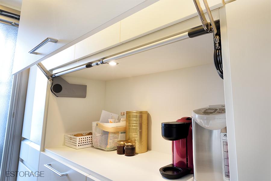 照明を組み込んで、明るく使いやすいオーダーメイドの食器棚。