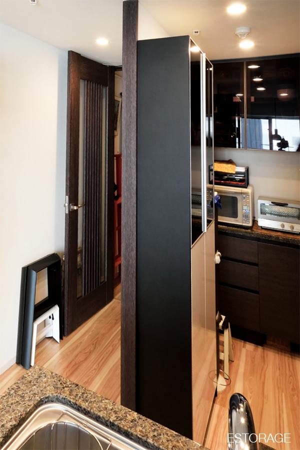 キッチンのスペースを無駄なく活用したオーダーメイドの食器棚。