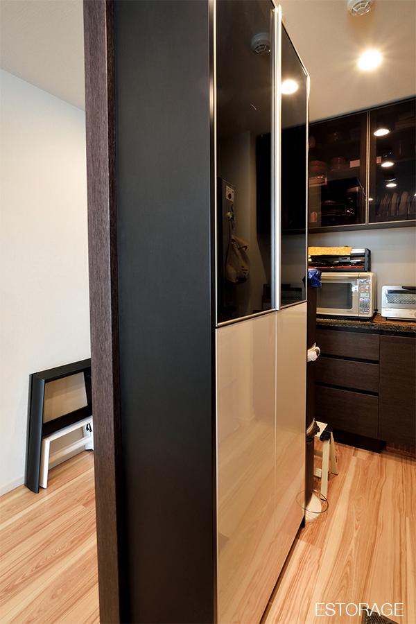 狭いスペースに合わせて作った、スリムなオーダーメイドの食器棚