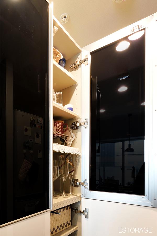 食器棚の扉には、ダーク系のガラスを採用。