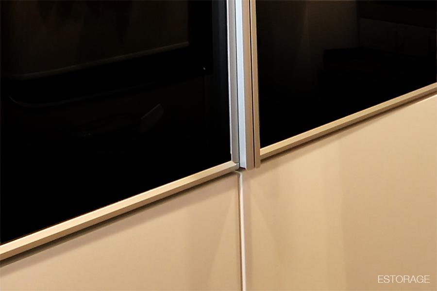 食器棚の扉は、ガラスを採用。取手とアルミ枠はシャープな印象に。