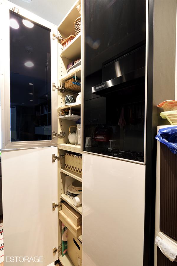 キッチンのスペースを最大限に活用した食器棚。