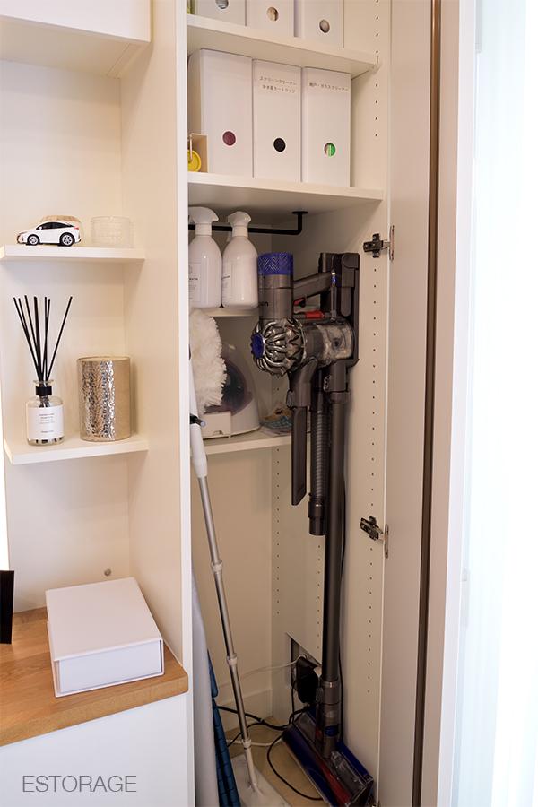 オーダーメイドの壁面収納には、コードレスハンディ掃除機の収納場所を設計。