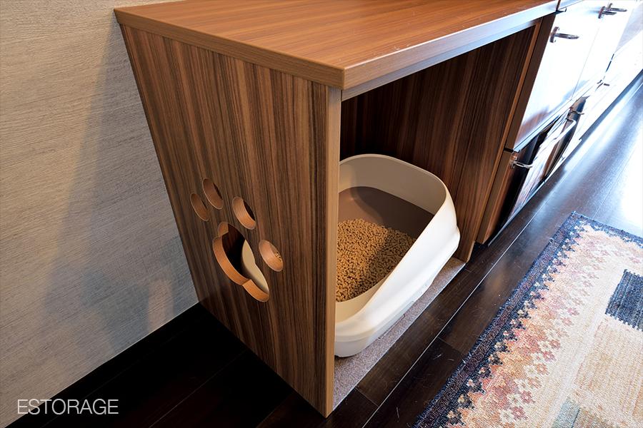 キャットウォーク付きリビング収納の猫用トイレ