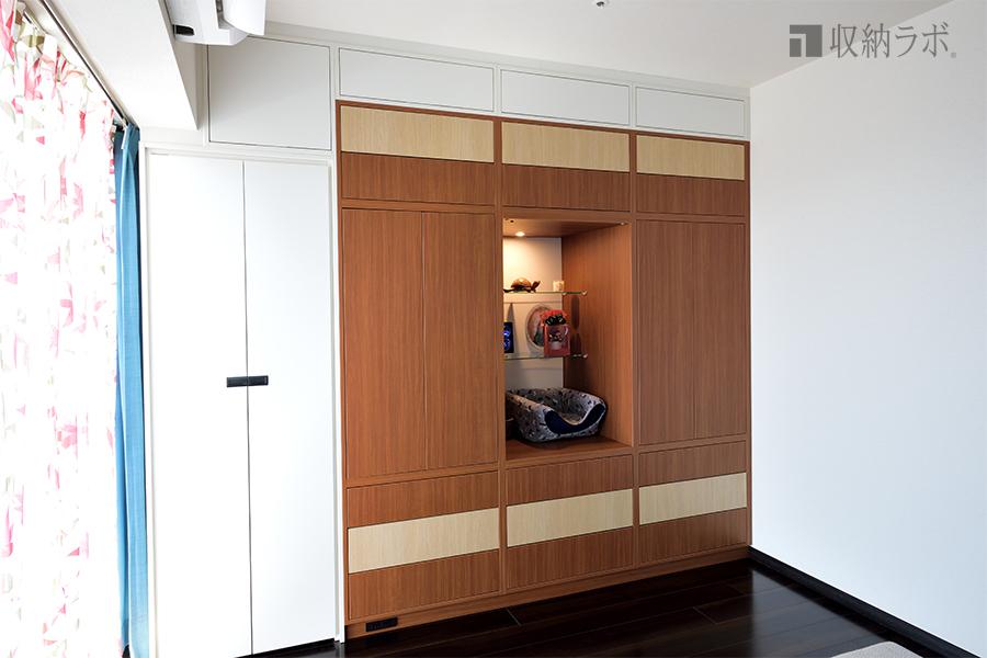 簡単に衣替えができるクローゼット収納には、ドレッサーや猫用ベッドも。