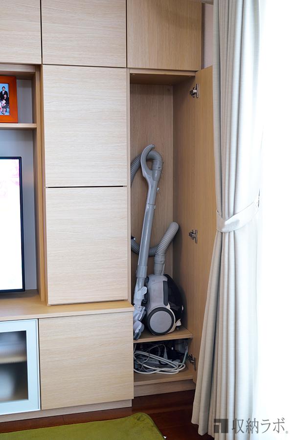 オーダーメイドのリビング収納には、掃除機を収納する場所も設計。