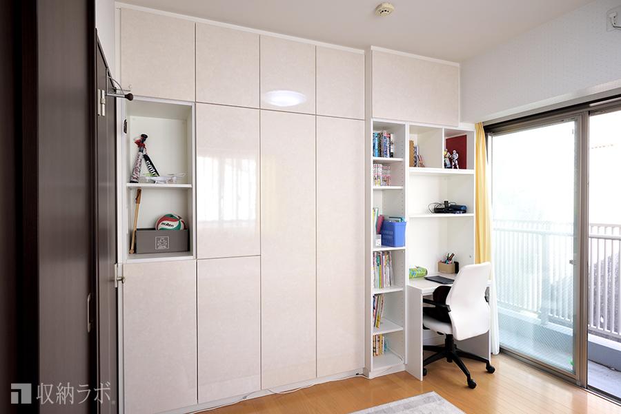 両面から使える壁面収納は、機能的な収納を実現。