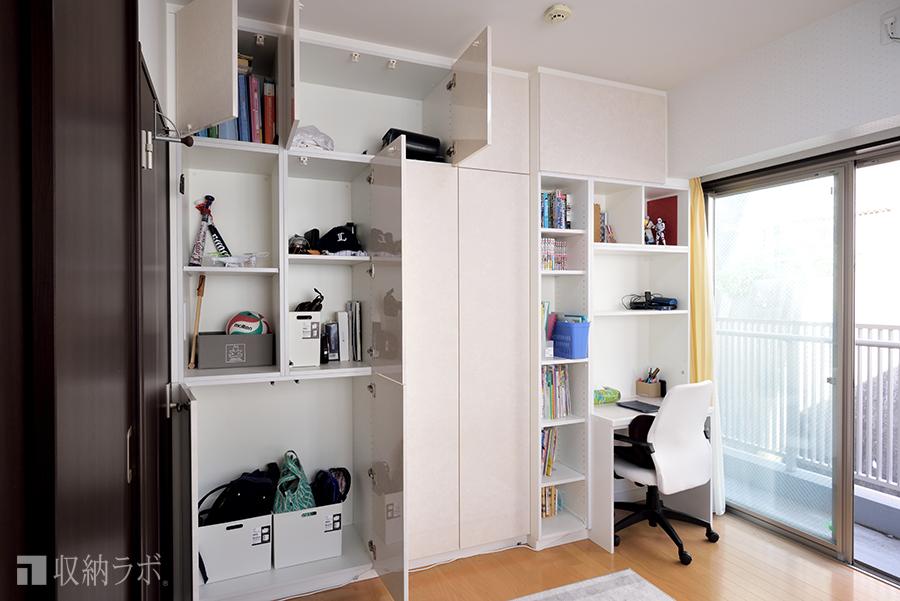 本棚は奥行きを浅く、その他の荷物の収納場所は奥行きを深く設計。