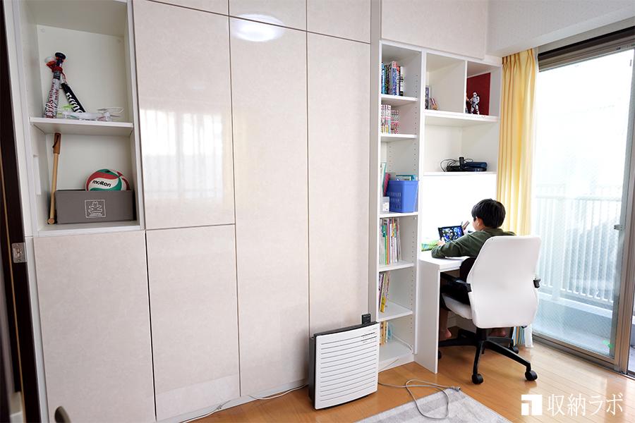 兄弟で両側から使える壁面収納は、子供部屋の間仕切りに。