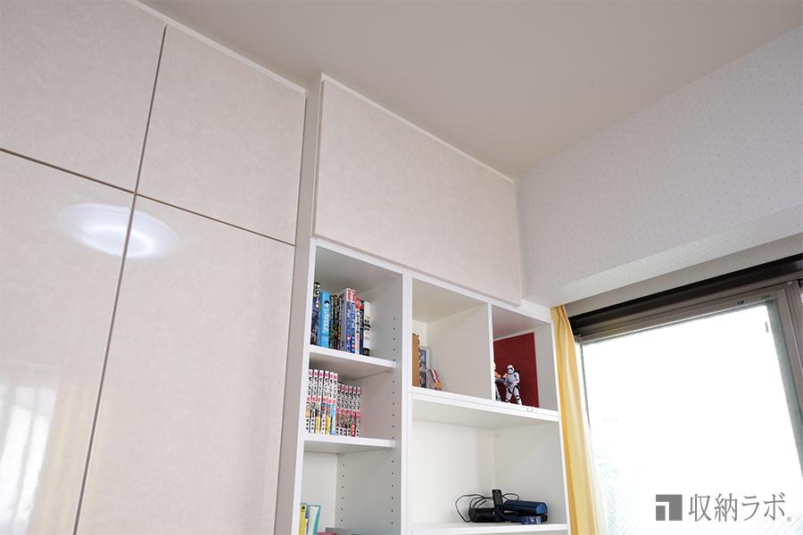お部屋の形状に合わせて、隙間なくしっかりと固定された、オーダーメイドの壁面収納。