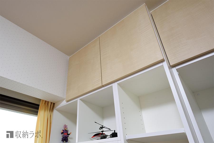 部屋の形状に合わせて設計された、オーダーメイドの壁面収納。