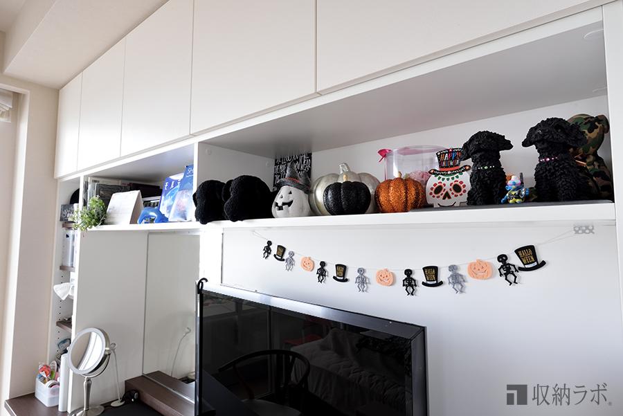 クローゼット収納には、お気に入りグッズやディスプレイを楽しむための飾り棚を設置。