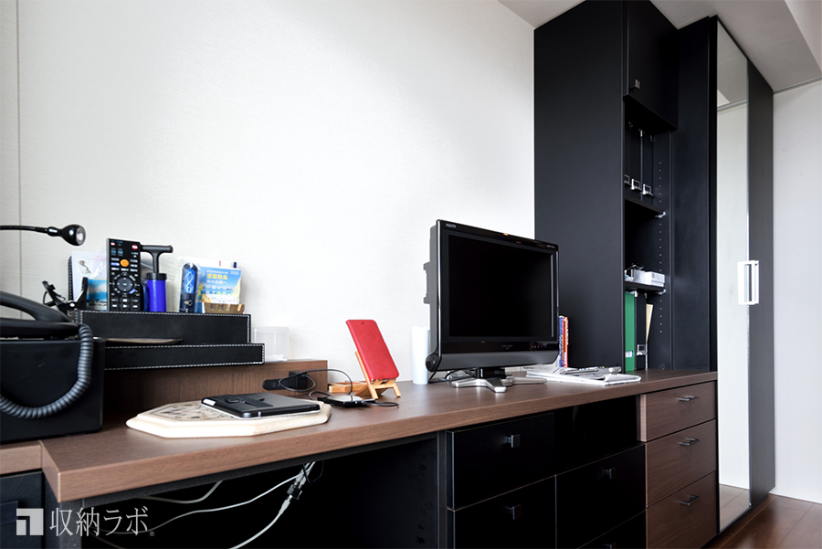 デザインの好みを反映した機能的なデスクスペース。
