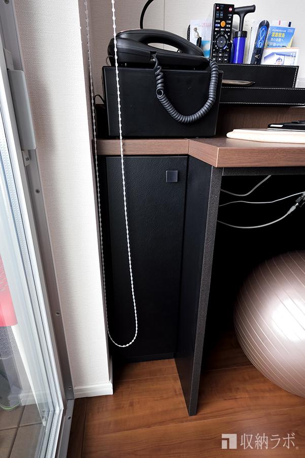 電源コードや電話など配線を隠すための扉。