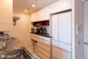 オーダーメイドしたキッチン収納の、赤い収納棚がお気に入り。