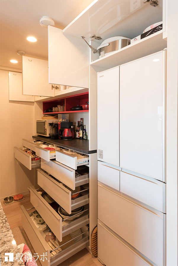 機能的で、収納量もしっかり確保したオーダーメイドの食器棚。
