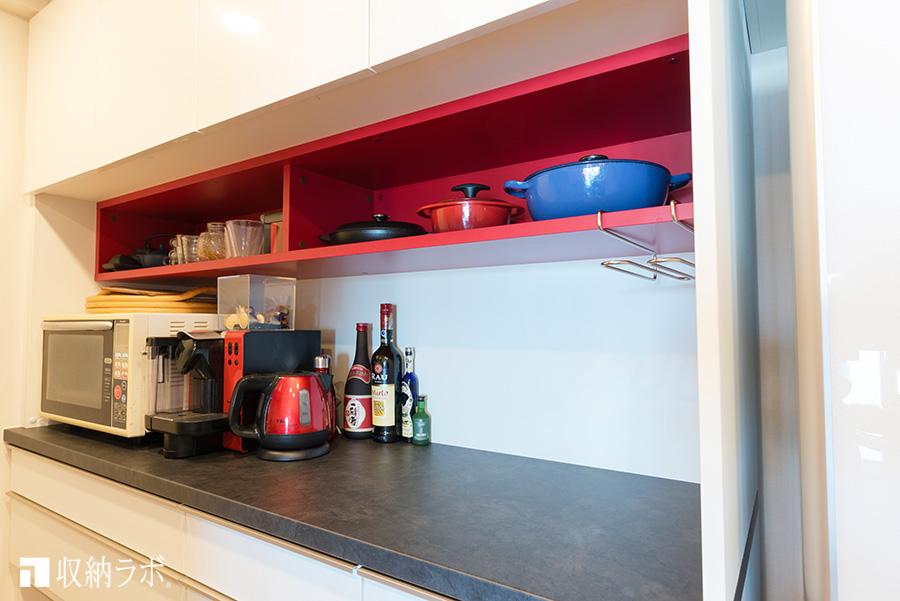 オーダーメイドの食器棚のお気に入りポイントは、赤い棚。