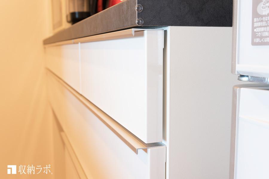 オーダーメイドの食器棚の引き出しの取手はこだわりの形状に。