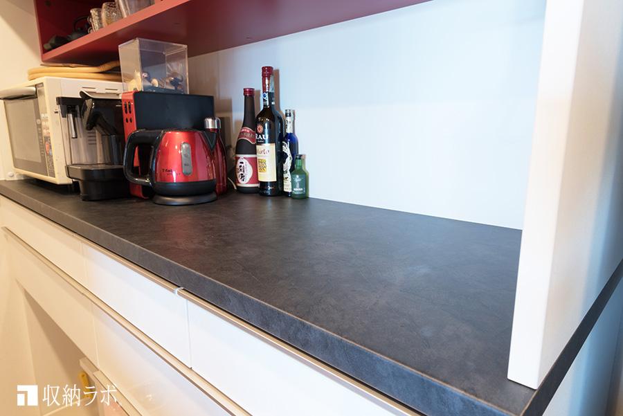 メラミン化粧板のオーダーメイドの食器棚のカウンター天板は実用的。