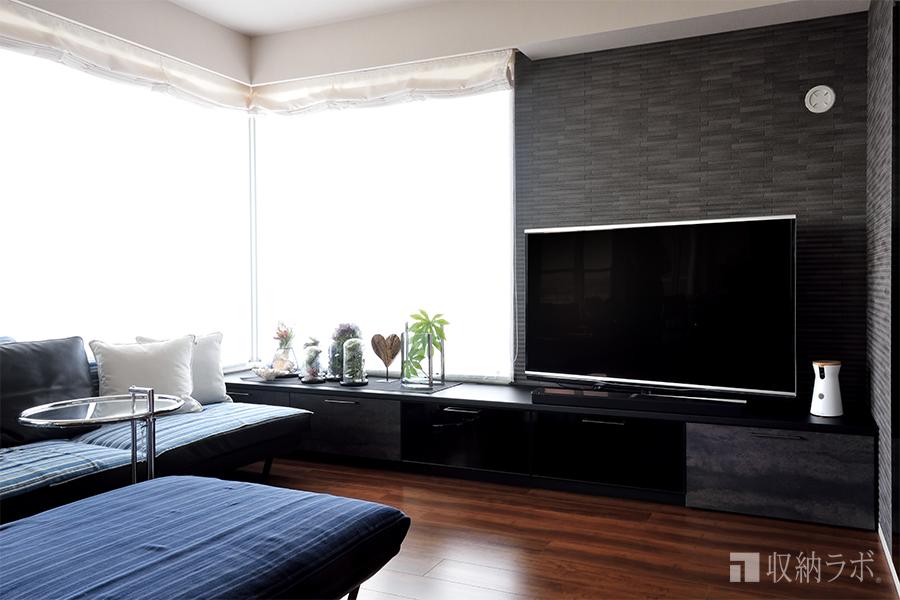 開放感のある部屋の間取りに合わせた、スタイリッシュなリビング収納。