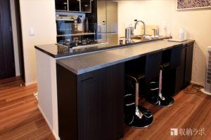 オーダーメイドで居心地の良いキッチンカウンターと使いやすいキッチンを実現した食器棚。