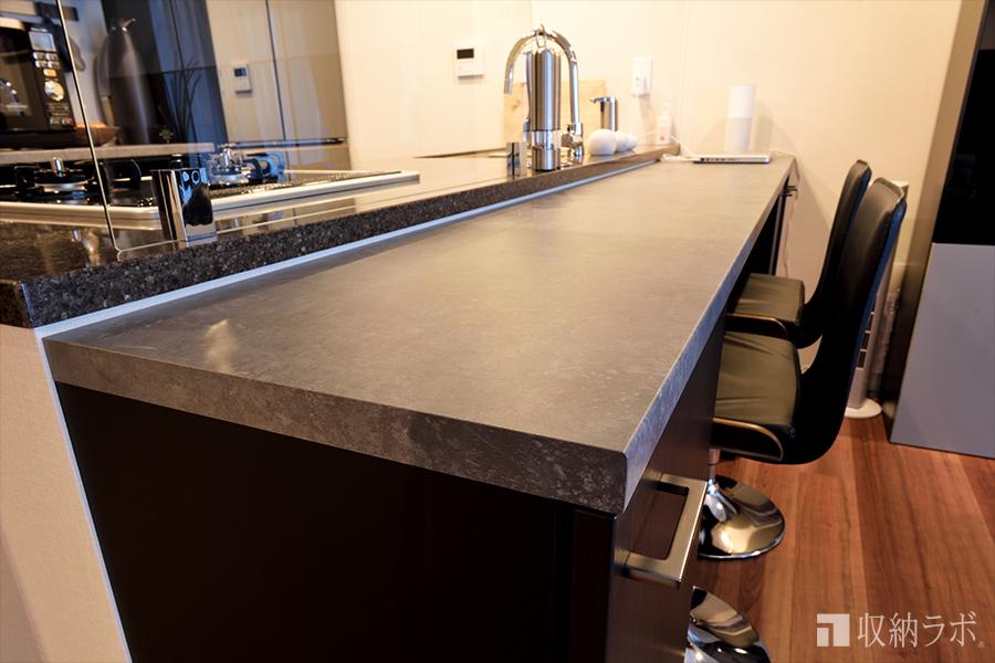 オーダーメイドのキッチンカウンターの天板は、ダーク系の素材でコーディネイト。