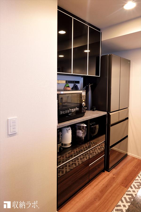 複雑な形状のキッチンにすっきり収まったオーダーメイドの食器棚。