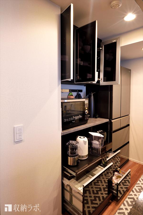 オーダーメイドのキ食器棚は、デザイン性と収納量を実現。