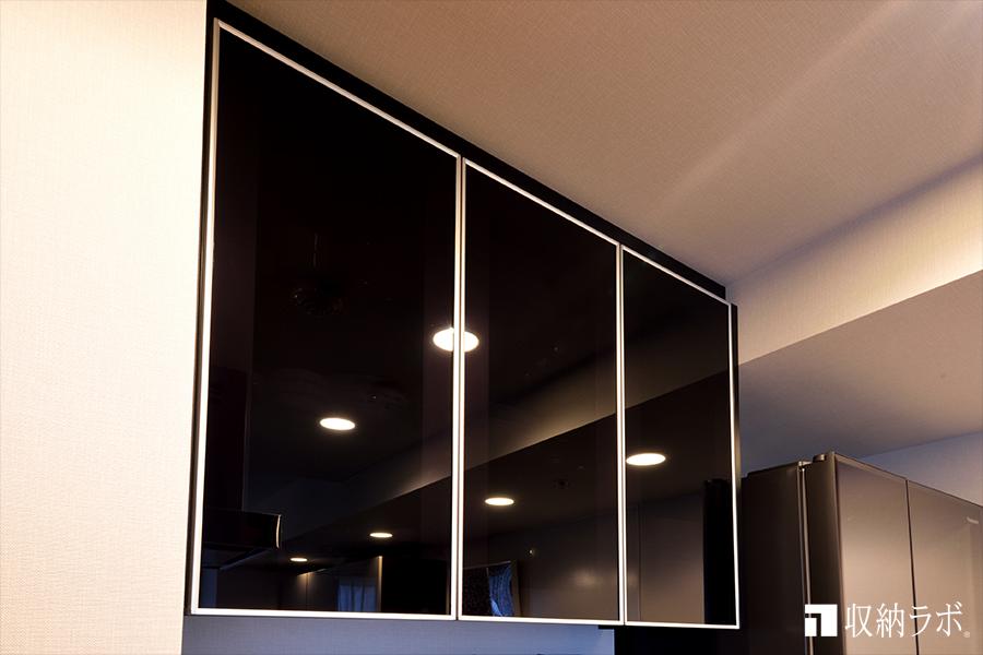 スモークガラスを採用した、食器棚の吊り戸棚はおしゃれなデザインに。