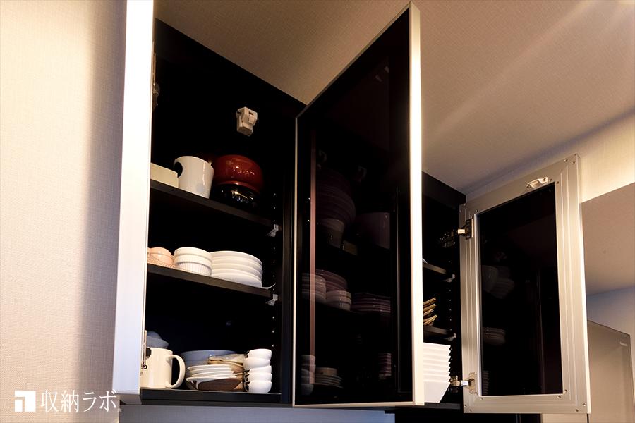食器棚の吊り戸棚の扉には、スモークガラスを採用。