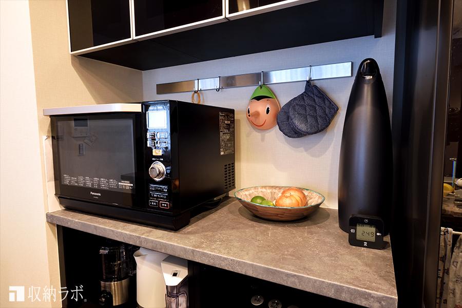 オーダーメイドの食器棚のカウンターは、調理スペースとして活用。