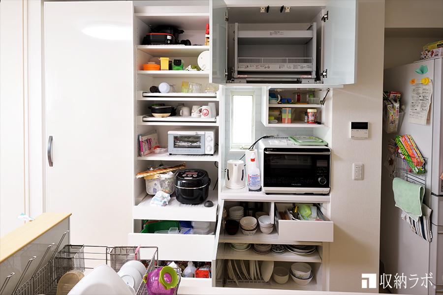 通路の幅が少ないスペースで使いやすい引き戸を採用した食器棚。