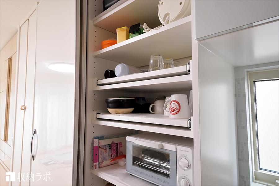 食器棚の棚板は、スライド棚を採用。