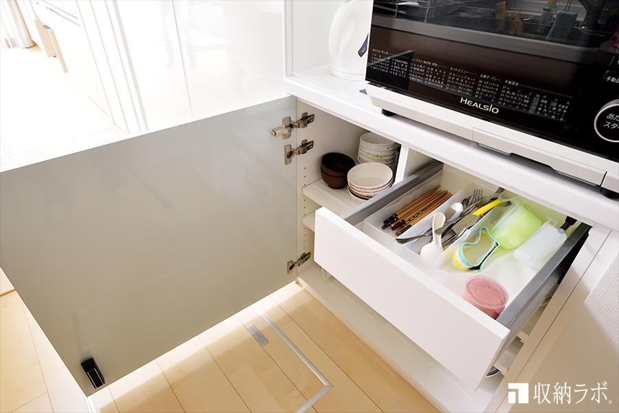 引き出しの中も機能的な食器棚。