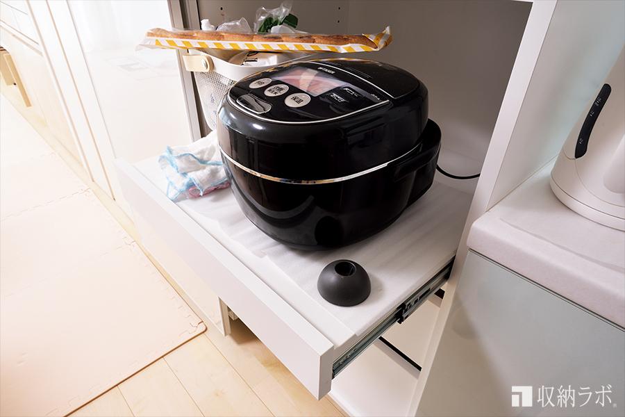 炊飯器は、引き出して使えるので機能的。