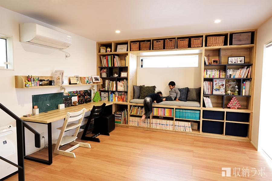 本棚の中でくつろぎたい。そんなイメージを叶えたリビング収納。