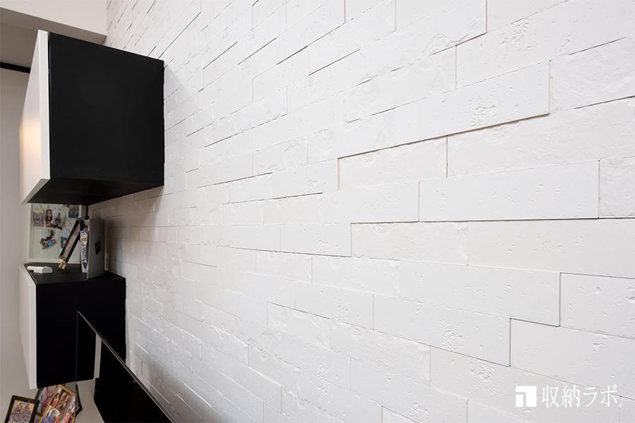 エコカラットを壁面全体に貼ったデザインのリビング収納。
